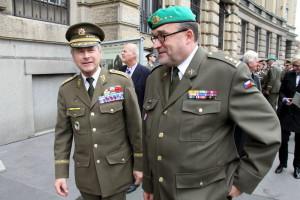 Vlevo bývalý náčelník GŠ Jiří Šedivý, vpravo ředitel VHÚ, plk. gšt. Aleš Knížek