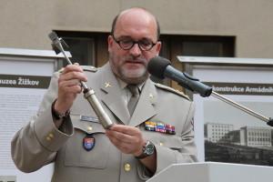 Ředitel VHÚ Aleš Knížek při zahájení rekonstrukce budov Armádního muzea Žižkov - v ruce drží kladívko, jímž byl slavnostně poklepán základní kámen rekonstrukce
