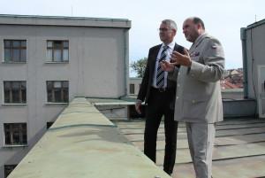 Ministr obrany Lubomír Metnar a ředitel VHÚ Aleš Knížek na terase jedné z budov Armádního muzea Žižkov, při zahájení rekonstrukce AMŽ