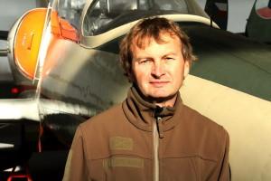 Ing. Jan Sýkora v Leteckém muzeu Kbely, před letounem Aero L-39 Albatros