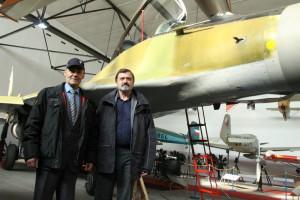 Anatolij Kvočur (vlevo) při setkání s Václavem Vaškem před stíhačkou MiG-29 v hangáru Leteckého muzea Kbely