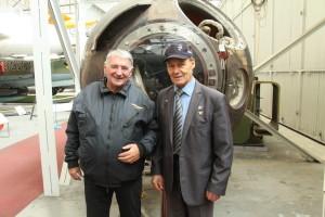 Oldřich Pelčák a Anatolij Kvočur před přistávacím modulem kosmické lodi