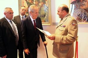 Prezident Miloš Zeman se setkal v říjnu 2018 s ředitelem VHÚ Alešem Knížkem na výstavě Doteky státnosti v Jízdárně Pražského hradu