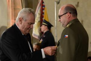Prezident Miloš Zeman uděluje řediteli VHÚ Aleši Knížkovi státní vyznamenání (2015).