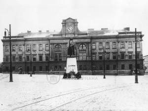 Pomník plk. Josefa Jiřího Švece před kasárnami na pražském Pohořelci, třicátá léta