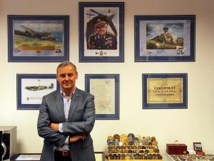 Na obrazech v kanceláři generála Vernera je letec František Peřina, hrdina druhé světové války