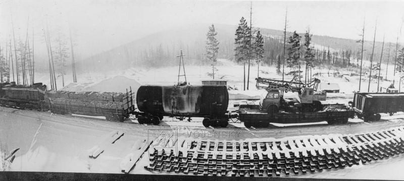Sovětský vlak s technikou nasazenou při stavbě Bajkalsko-amurské magistrály (BAM)