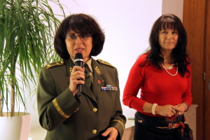 Vlevo brigádní generálka Lenka Šmerdová, poradkyně náčelníka Generálního štábu Armády České republiky, vpravo radní Prahy 6 Eva Smutná