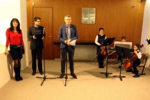 Autor  textů výstavy Prokop Tomek z VHÚ (uprostřed)