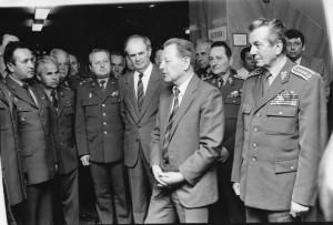 Tehdejší generální tajemník ÚV KSČ Miloš Jakeš na setkání s vojáky v roce 1989.