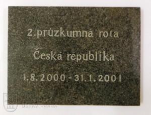 Deska z pomníku 2. průzkumné roty KFOR, která byla umístěna na základně Sekirača
