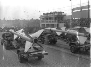 Rakety a obsluha sovětského protiletadlového komplexu SA-2 Guideline na vojenské přehlídce