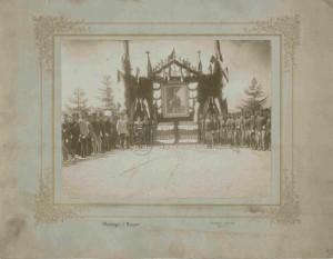 Rakousko-uherští a cizí důstojníci na oslavě na počest cara Mikuláše II.