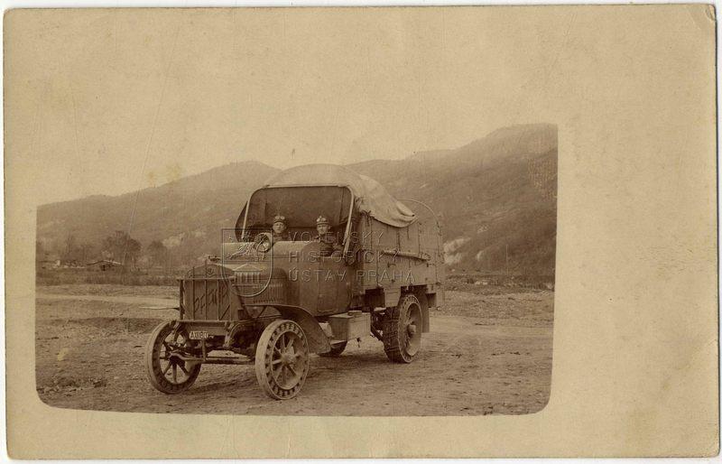 Rakousko-uherští vojáci s nákladním automobilem Praga V
