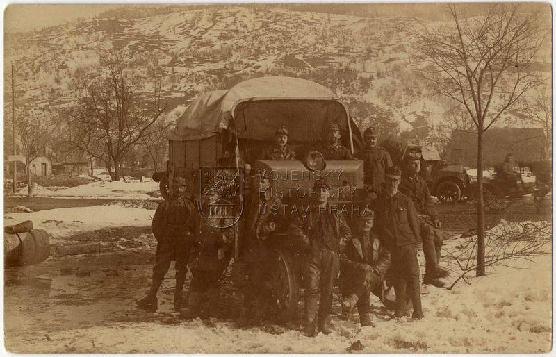 Skupinový snímek rakousko-uherských vojáků před nákladním automobilem Praga V na rumunské frontě, rok 1917, vepředu uprostřed Václav Říha