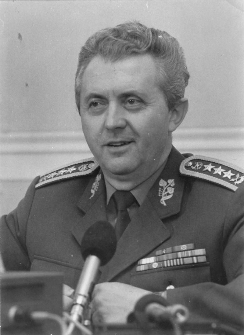 Ministr národní obrany generálplukovník Miroslav Vacek při tiskové konferenci. (VÚA)