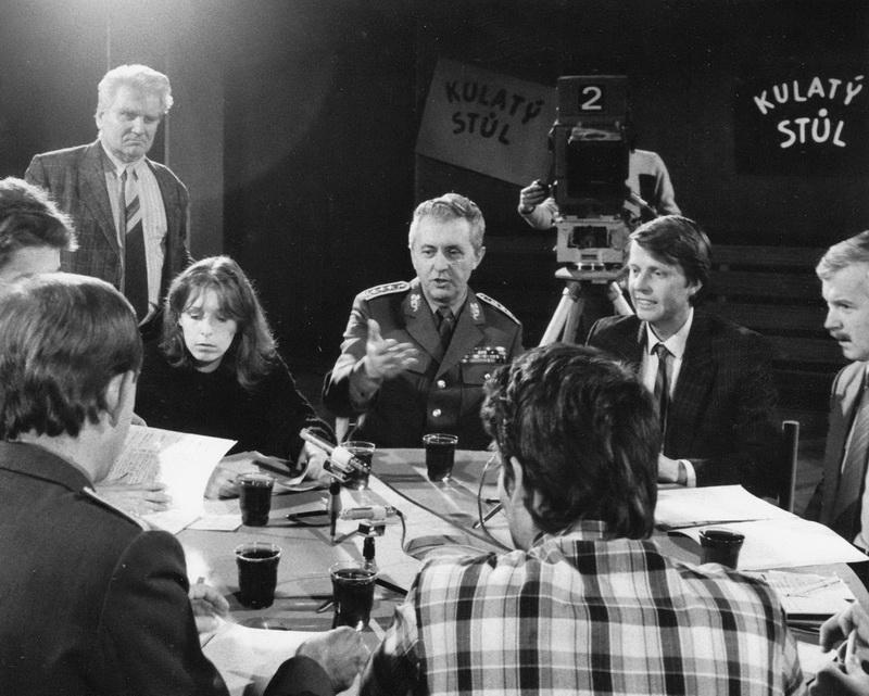 V prosinci 1989 se již uskutečnily diskuse představitelů armády s veřejností. Televizního kulatého stolu se vedle ministra Vacka zúčastnila aktivistka Nezávislého mírového sdružení Hana Marvanová. (VÚA)