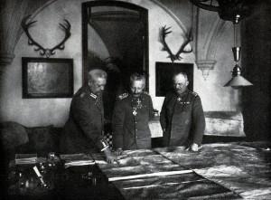 Snímek z ledna 1917 zachycuje německého císaře Viléma II. (uprostřed) ve společnosti Paula von Hindenburga (vlevo) a Ericha Ludendorffa. Oba generálové patřili k velkým podporovatelům neomezené ponorkové války