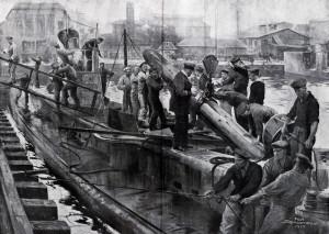 Osádka ponorky při nakládání torpéd a přípravách před vyplutím na moře