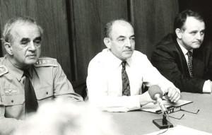 Luboš Dobrovský (uprostřed) s náčelníkem generálního štábu Karlem Pezlem (vlevo) a náměstkem Raškem