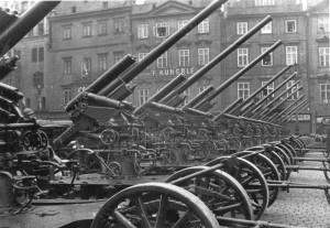 8,35 cm kanóny proti letadlům vz. 22 na Staroměstském náměstí, v pozadí dům U kamenného stolu - meziválečné období
