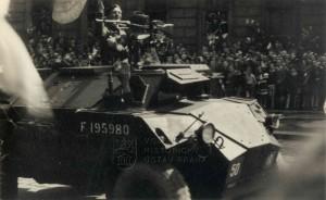 Humber Scout Car ve službách Československé samostatné obrněné brigády na přehlídce v osvobozené Praze