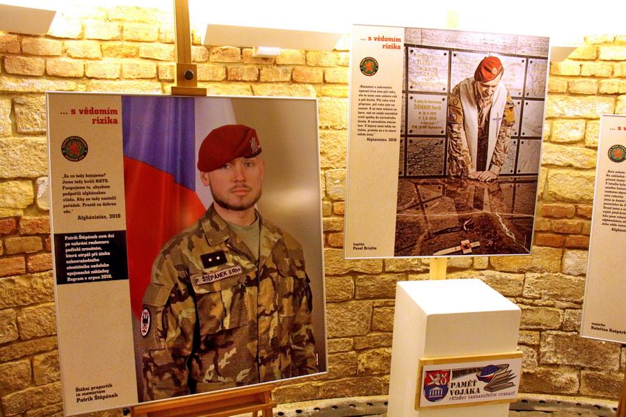 Výstava je umístěna v Galerii pod radnicí v Praze 3 na Havlíčkově náměstí 9