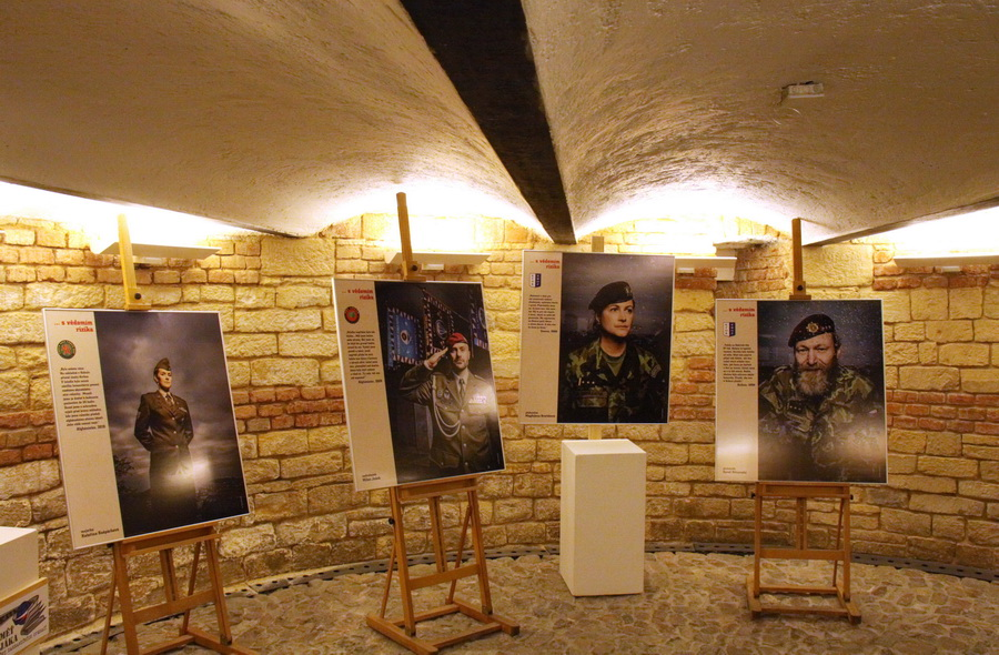 """Výstava """"… s vědomím rizika – příběhy českých vojáků v zahraničních operacích 1990-2020"""""""