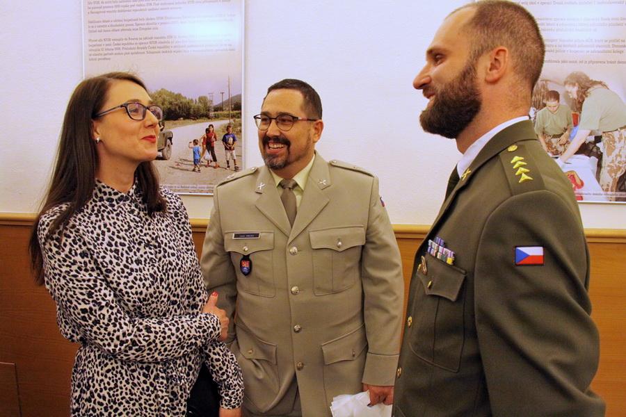 Spoluautoři výstavy, uprostřed nadpraporčík Leoš Krejča, vpravo kapitán Pavel Stehlík