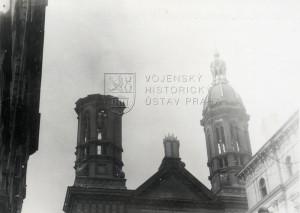 Následky náletu na Prahu 14. února 1945 - poškozená synagoga na Vinohradech