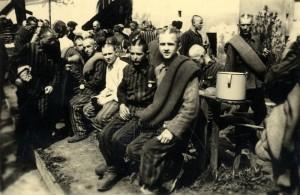 Vězňové z nacistického koncentračního tábora po osvobození, jaro 1945