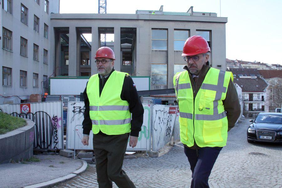 Ředitel VHÚ Aleš Knížek (vlevo) a ministr obrany Lubomír Metnar při začátku prohlídky rekonstruovaného muzea