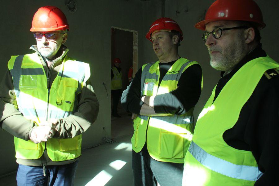 Ministr obrany Lubomír Metnar (vlevo), vedoucí projektu rekonstrukce z firmy Metrostav Martin Koch (uprostřed) a ředitel VHÚ Aleš Knížek