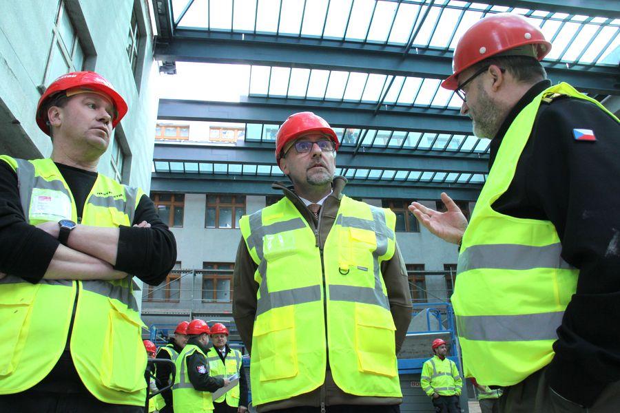 Již pod zastřešenou dvoranou. Vedoucí projektu rekonstrukce z firmy Metrostav Martin Koch (vlevo), ministr obrany Lubomír Metnar (uprotřed) a ředitel VHÚ Aleš Knížek