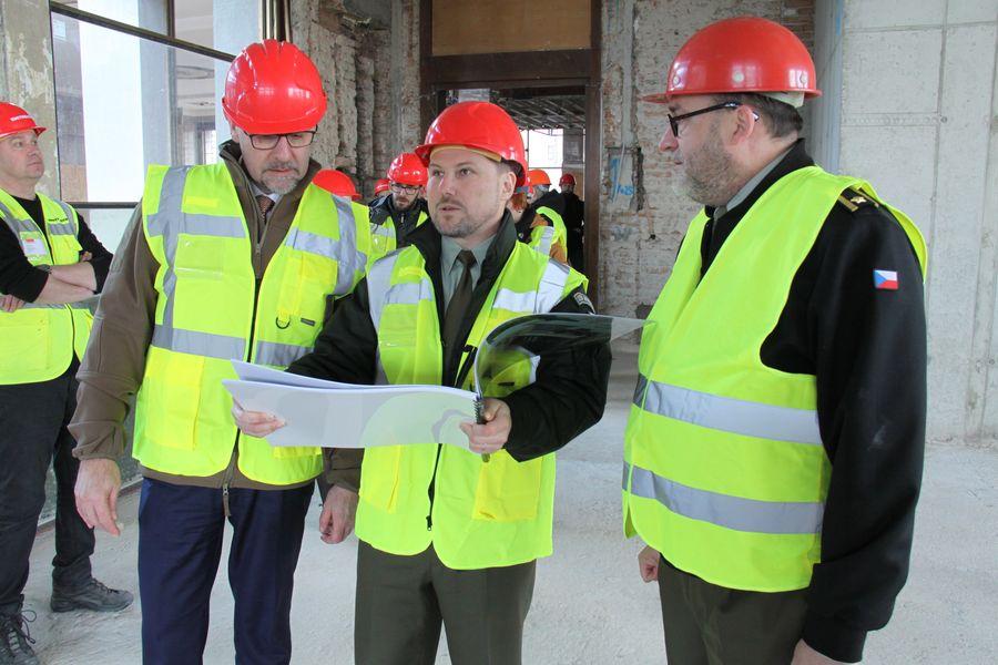 Ministr obrany Lubomír Metnar (vlevo), uprostřed ředitel Odoboru muzeí VHÚ Michal Burian, vpravo ředitel VHÚ Aleš Knížek