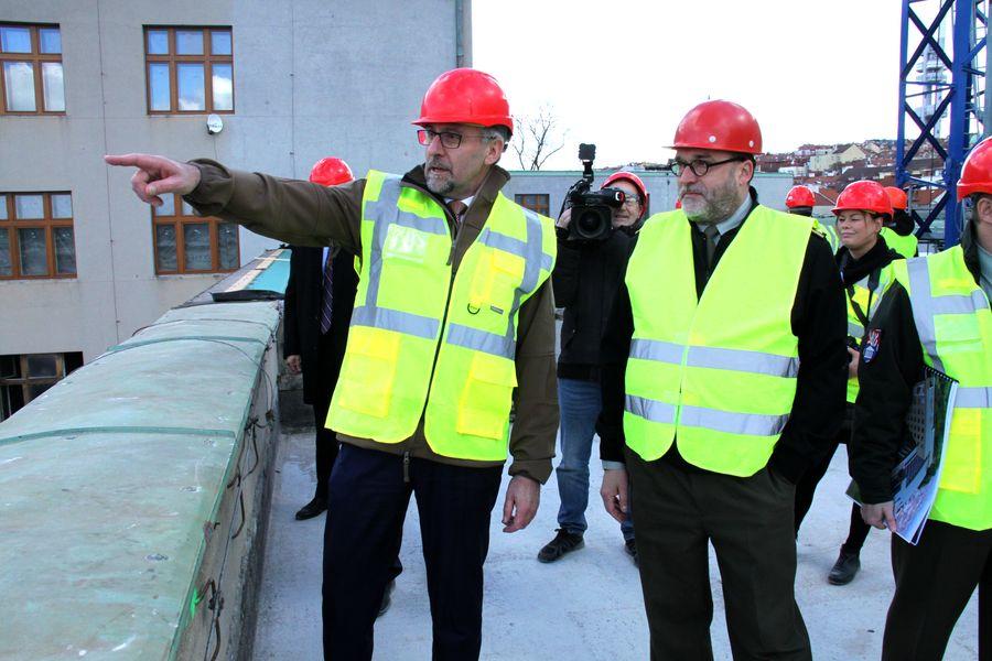 Na terase budoucí kavárny. Ministr obrany Lubomír Metnar (vlevo) a ředitel VHÚ Aleš Knížek