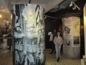 Okupovaný Krakov a snahy o jeho germanizaci. Za povšimnutí stojí podlaha této výstavní místnosti. Na dobových dlaždicích byl použit motiv svastiky. FOTO: J. Plachý