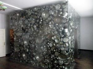 Originální památník ve tvaru krychle naplněné nádobím. Uvnitř jsou jména židů zachráněných Oskarem Schindlerem. FOTO: J. Plachý