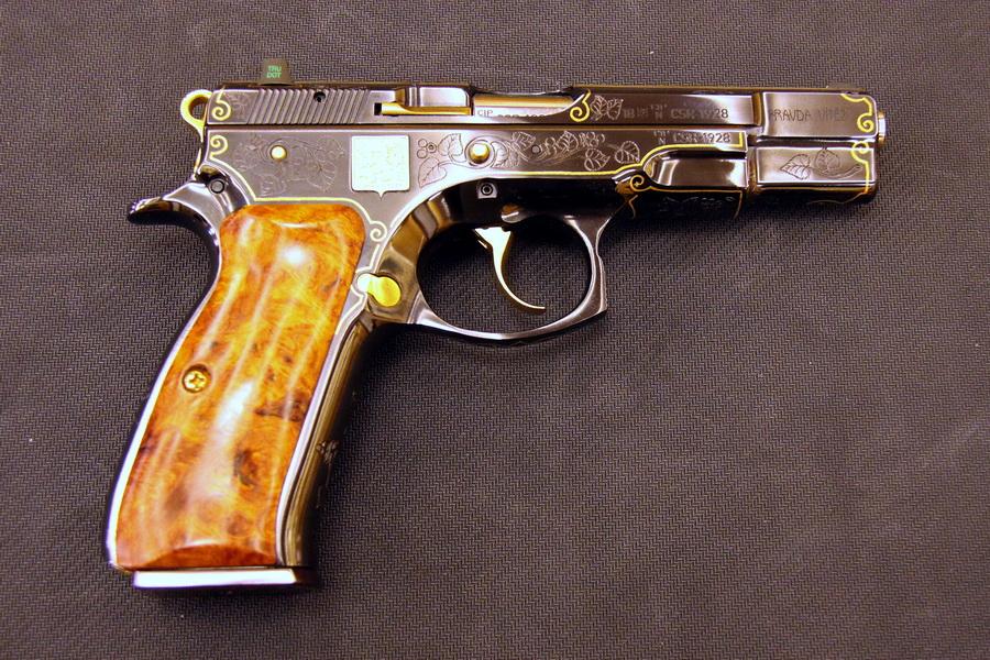 Pistole CZ 75 Republika, výrobní číslo 1928, vyrobená ve sto kusové edici v České zbrojovce, k 100. výročí založení republiky 1918 - 2018