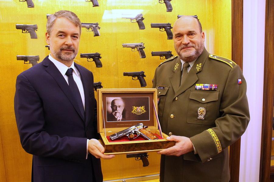 Lubomír Kovařík, prezident společnosti CZ Group, pod kterou spadá Česká zbrojovka, a ředitel VHÚ, generál Aleš Knížek, který přebírá pistoli CZ 75 Republika, výrobní číslo 1928