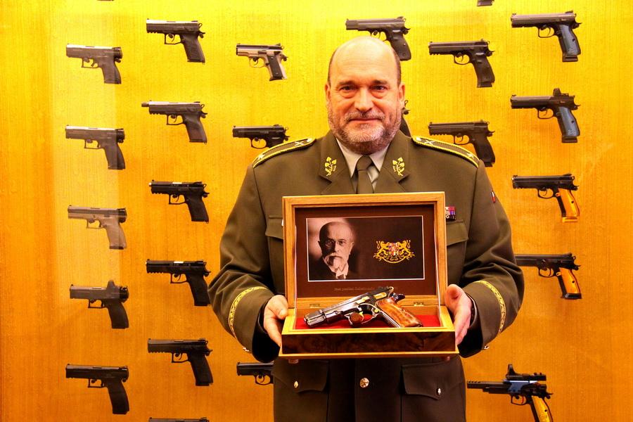 Generál Aleš Knížek s pistolí CZ 75 Republika, výrobní číslo 1928, která bude umístěna ve sbírkách VHÚ