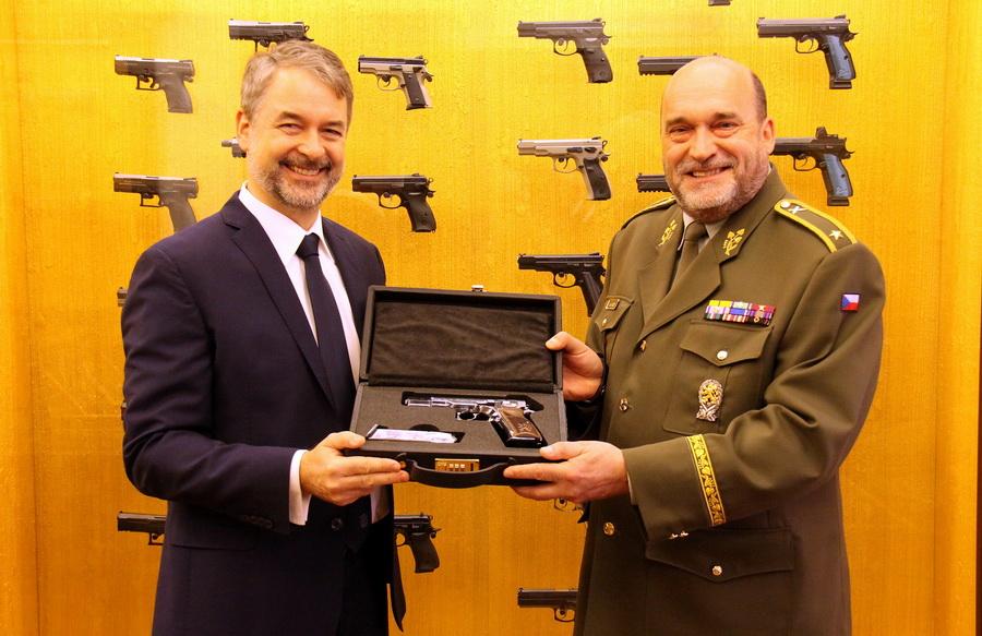 Lubomír Kovařík, prezident společnosti CZ Group, pod kterou spadá Česká zbrojovka, a ředitel VHÚ, generál Aleš Knížek, který přebírá pistoli CZ 75 Anthropoid