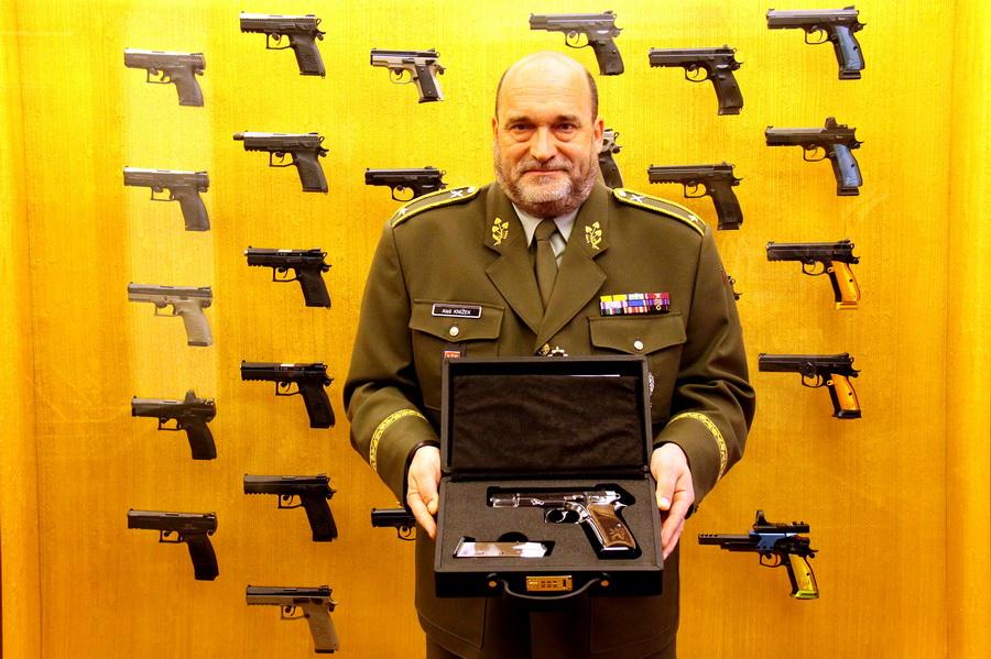 Ředitel Vojenského historického ústavu Praha brigádní generál Aleš Knížek s pistolí CZ 75 vyrobenou v České zbrojovce z edice nazvané Anthropoid, s číslem 1942 - 27