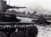 Dvojce tanků PzKpfw 38(t) slovenské armády během výcviku na Slovensku. Tanky PzKpfw 38(t) byly původně československé lehké tanky LT. vz. 38, vyráběné a používané Němci a jejich spojenci během celé války. Foto sbírka VHÚ.