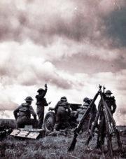Českoslovenští dělostřelci ve Velké Británii během výcviku se 7,5 cm lehkým kanonem vz.1897. Foto sbírka VHÚ.