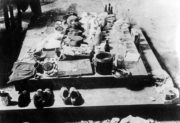 Předměty československých parašutistů nalezené po hrdinné obraně kostela sv. Cyrila a Metoděje, 18. června 1942. Foto sbírka VHÚ.