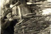 V československé jednotce v SSSR bylo zařazeno i množství žen. Na snímku odstřelovačka Marie Ljalková se svojí odstřelovací samonabíjecí puškou SVT-40 s optikou. Foto sbírka VHÚ.