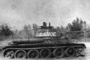 """Tank T-34/76 československé jednotky v Sovětském svazu, nesoucí jméno """"Lidice"""". Snímek vznikl patrně v Novochopersku, 1943. Foto sbírka VHÚ."""