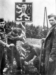 Vztyčování provizorního sloupu se státním znakem na bývalých hranicích Československa, potom co českoslovenští vojáci překročili hranice během Karpatsko – Dukelské operace na Dukle v roce 1944. Foto sbírka VHÚ.