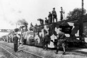 Improvizovaný obrněný vlak M. R. Štefánik postavený během slovenského národního povstání. V popředí je dělový vůz s 8cm polním kanonem vz.5/8 a za ním tankový vůz se zastavěným tankem LT. vz. 35. Foto sbírka VHÚ.
